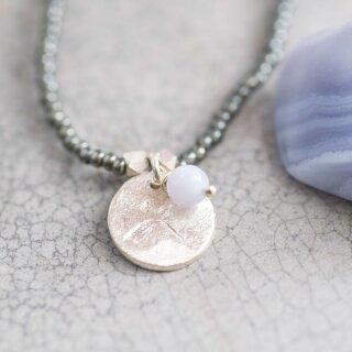 Perlenkette Truly mit blauem Achat und Libellen-Anhänger