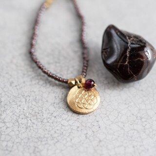 Perlenkette Truly mit Granat und Lebensblumen-Anhänger