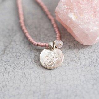 Perlenkette Truly mit Rosenquarz und Hamsa-Anhänger